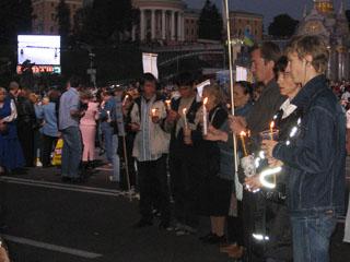 Люди з свічками