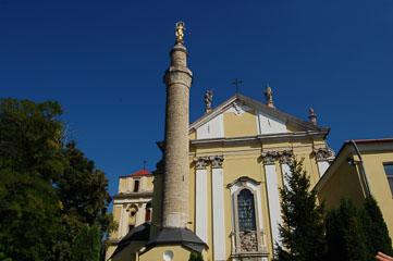 Мінарет біля храму
