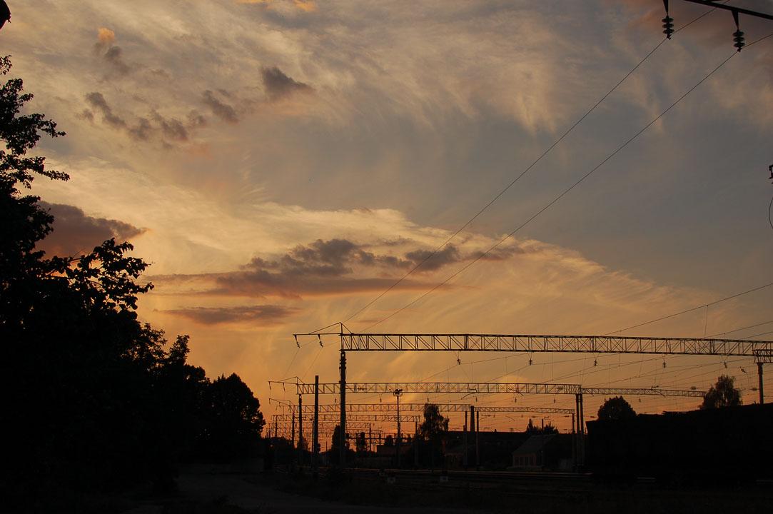 Захід сонця біля залізниці