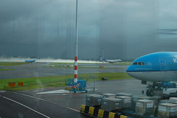 Літак злітає