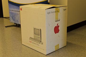 Коробка від Apple Macintosh Plus