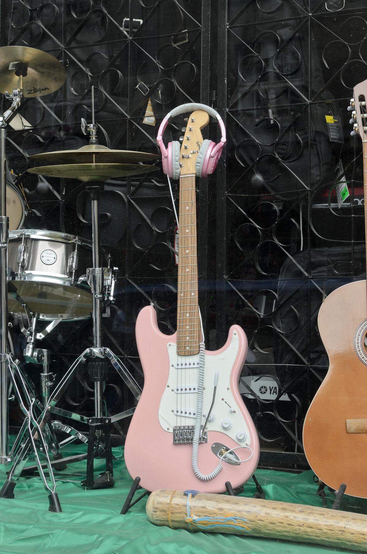 Гітара для рокерів-блондинок