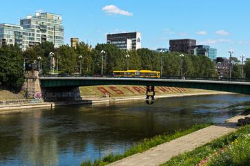 Міст через річку