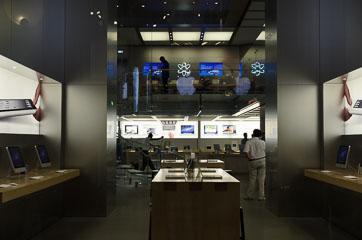 Apple Store біля Лувру