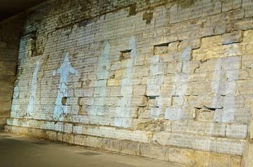 Фігури на стіні