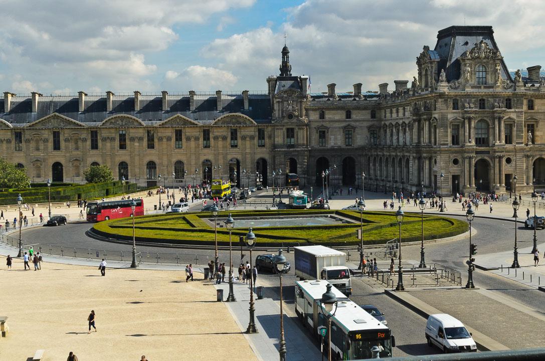 Внутрішній двір Лувру