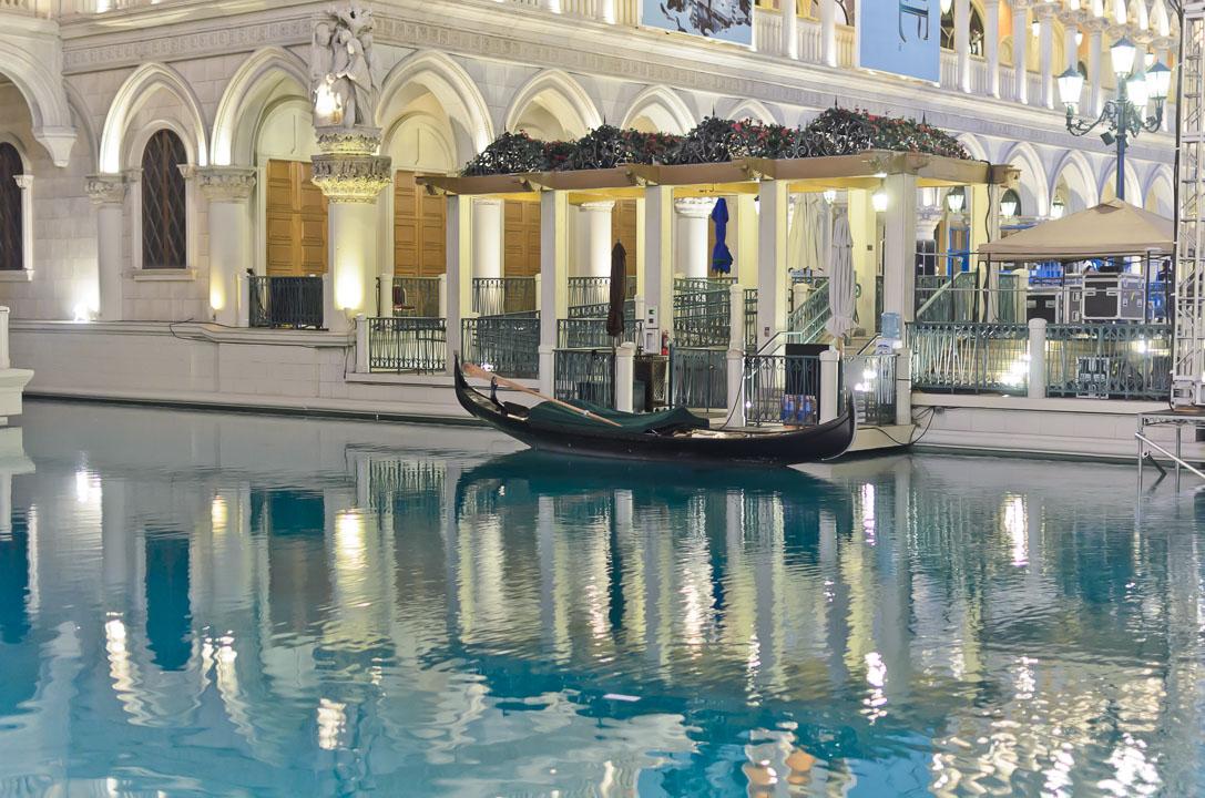 Біля готелю «Венеція»
