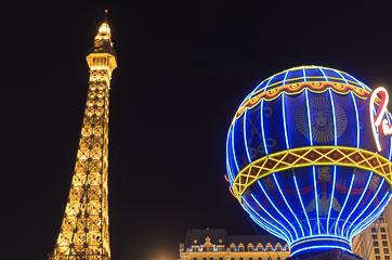 Біля готелю «Париж»
