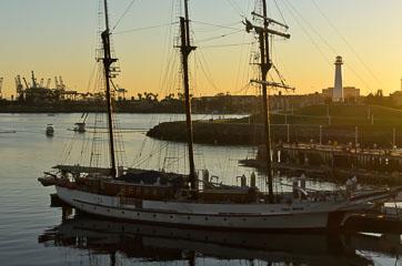 Яхта та маяк