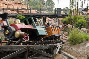 Потяг в атракціоні Big Thunder Mountain Railroad