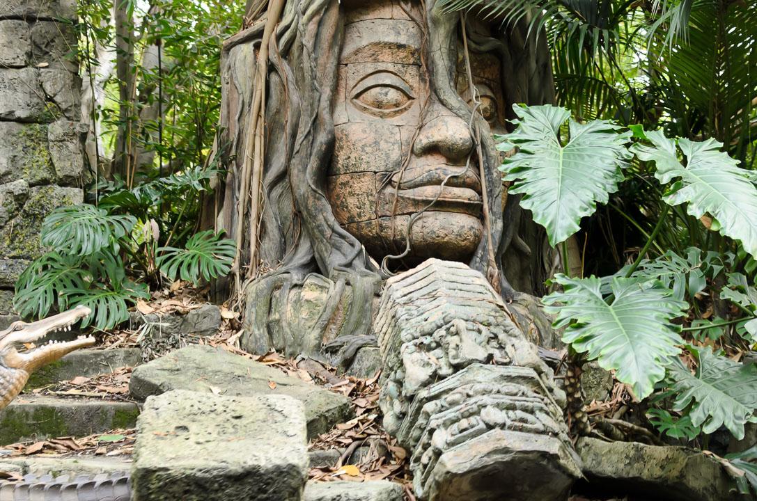 Кам'яна статуя
