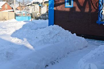 Сніг у дворі