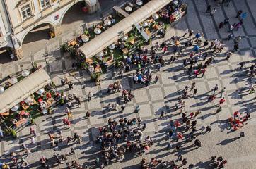 Люди на площі