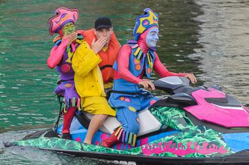 Клоуни на скутері