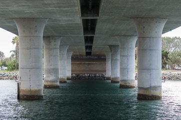 Під мостом