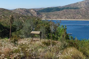 Лавка з видом на озеро