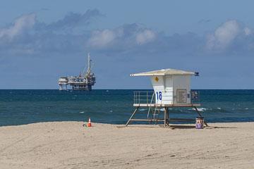 Нафта та пляж