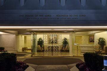 Вхід в храм